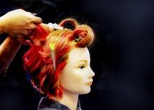 Cheveux teignant, coiffures sur la tête factice du salon de coiffure photographie stock