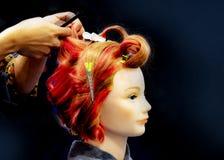 Cheveux teignant, coiffures sur la t?te factice du salon de coiffure image stock