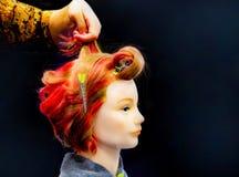 Cheveux teignant, coiffures sur la t?te factice du salon de coiffure images libres de droits