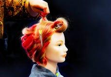 Cheveux teignant, coiffures sur la t?te factice du salon de coiffure photographie stock