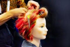 Cheveux teignant, coiffures sur la t?te factice du salon de coiffure photos stock