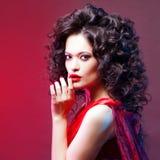 cheveux volumineux portrait d'une belle jeune femme avec le rouge à lèvres rouge photos libres de droits