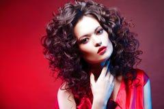 cheveux volumineux portrait d'une belle jeune femme avec le rouge à lèvres rouge photos stock