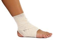 Cheville blessée avec le bandage photographie stock libre de droits