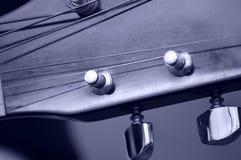Chevilles et courriers de accord de guitare sur la tête de guitare, macro Photo libre de droits