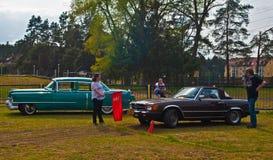 Chevrolet και Mercedes πριν από το έλεγχο ταχύτητας Στοκ Φωτογραφίες