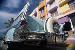 Chevrolet 1957 estacionada na frente de um edifício Imagens de Stock