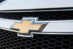 Chevrolet-Abteilung des General Motors-Firmenlogos auf silbernem Auto Stockfotos