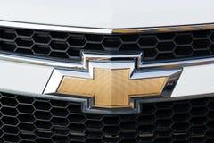 Chevrolet-Abteilung des General Motors-Firmenlogos auf silbernem Auto Stockfotografie