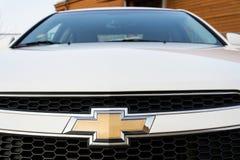 Chevrolet-Abteilung des General Motors-Firmenlogos auf silbernem Auto Stockbild