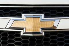 Chevrolet-Abteilung des General Motors-Firmenlogos auf silbernem Auto Lizenzfreie Stockfotos