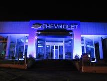 Chevrolet-Autohändler und -logo am nigth Lizenzfreie Stockbilder