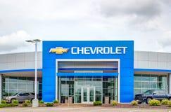 Chevrolet-Automobil-Verkaufsstelle-Äußeres und Logo des eingetragenen Warenzeichens Stockfoto
