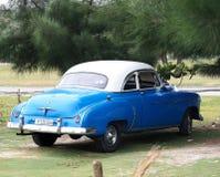 Chevrolet azul restaurado en Playa Del Este Cuba Imagen de archivo libre de regalías