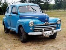 Chevrolet azul restaurado en Playa Del Este Cuba Fotos de archivo