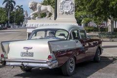 Chevrolet bel air i lwa zabytek, Cienfuegos, Kuba Obrazy Royalty Free