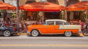 Chevrolet Bel Air voor een bar op Oceanenaandrijving in Zuidenstrand royalty-vrije stock afbeeldingen
