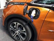 Chevrolet-Bolzen, der aufgeladen wird Stockbild