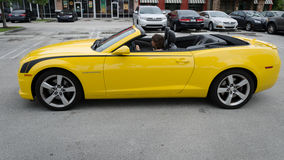 Chevrolet Camaro de pointe jaune solides solubles convertible Photographie stock libre de droits