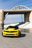 Chevrolet Camaro in de rivier van Los Angeles Stock Afbeeldingen