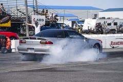 Chevrolet-camaro die een rook maken op het spoor tonen Stock Foto