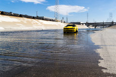 Chevrolet Camaro en el río de Los Ángeles Foto de archivo libre de regalías