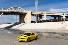 Chevrolet Camaro en el río de Los Ángeles Imagenes de archivo