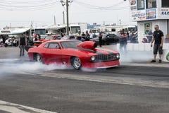 Chevrolet Camaro en la acción en la línea de salida Fotografía de archivo