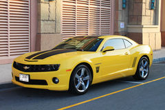 Chevrolet Camaro en negro y amarillo Foto de archivo