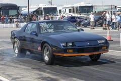Chevrolet-camaro met het achterwielen spinnen Royalty-vrije Stock Fotografie