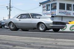 Chevrolet-camaro op het spoor Stock Foto's