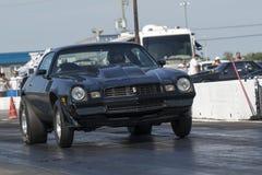 Chevrolet-camaro op het spoor Royalty-vrije Stock Fotografie