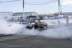 Chevrolet-camaro op het spoor die een rook maken tonen Stock Foto's