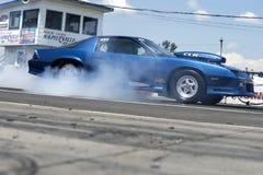 Chevrolet camaro robi dymnemu przedstawieniu przy zaczyna linią Zdjęcia Royalty Free