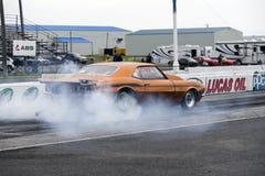 Chevrolet- Camarowiderstandauto, das einen Rauch darstellen lässt stockfoto