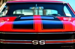Chevrolet Camero solides solubles affrontent dans un salon automobile classique de muscle des USA de public Photographie stock libre de droits