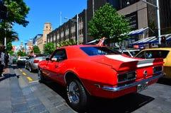 Chevrolet Camero SS motor i en offentlig för muskelbil för USA klassisk medeltal arkivfoto
