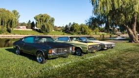 Chevrolet 1972 Chevelle und ein 1966 und 1973 Dodge Ladegerät Stockfotografie