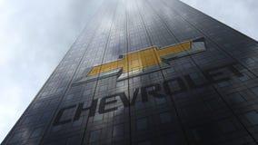 Chevrolet-embleem op een wolkenkrabbervoorgevel die op wolken wijzen Het redactie 3D teruggeven Royalty-vrije Stock Afbeeldingen