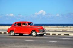 Chevrolet hermoso que conduce en el ³ n de MalecÃ; La Habana vieja Foto de archivo libre de regalías