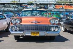 58 Chevrolet- Impalacoupé auf Anzeige Stockfoto