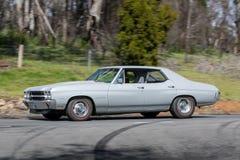 Chevrolet Malibu jeżdżenie na wiejskiej drodze zdjęcie royalty free