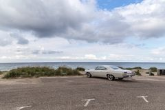 Chevrolet-Oldtimer am Strand Stockbild