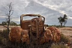 Chevrolet oxidado, antiguo abandonado en el desierto Fotos de archivo