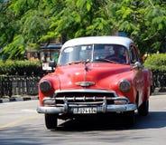 Chevrolet rojo restaurado en Havana Cuba Fotos de archivo