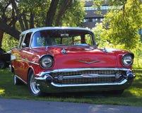 Chevrolet rojo y blanco clásico restaurado Foto de archivo libre de regalías
