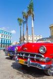Chevrolet rojo y otros coches del vintage en La Habana Fotos de archivo