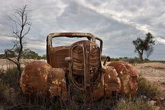 Chevrolet rouillé et antique abandonné dans le désert Photos stock
