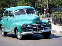 Chevrolet verde restaurado en La Habana Imagen de archivo libre de regalías