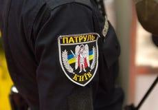 Chevron in Form von ukrainischem Streifenpolizisten mit der Aufschrift Patrouille kiew Lizenzfreie Stockfotografie